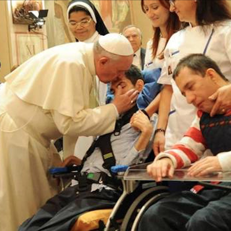 El Papa Francisco y personas con discapacidad. Foto: Vatican Media