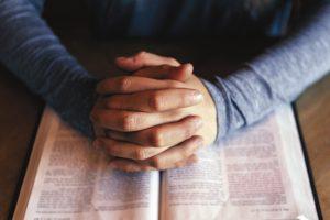 La oración es el gran alimento del alma. Foto: Cathopic